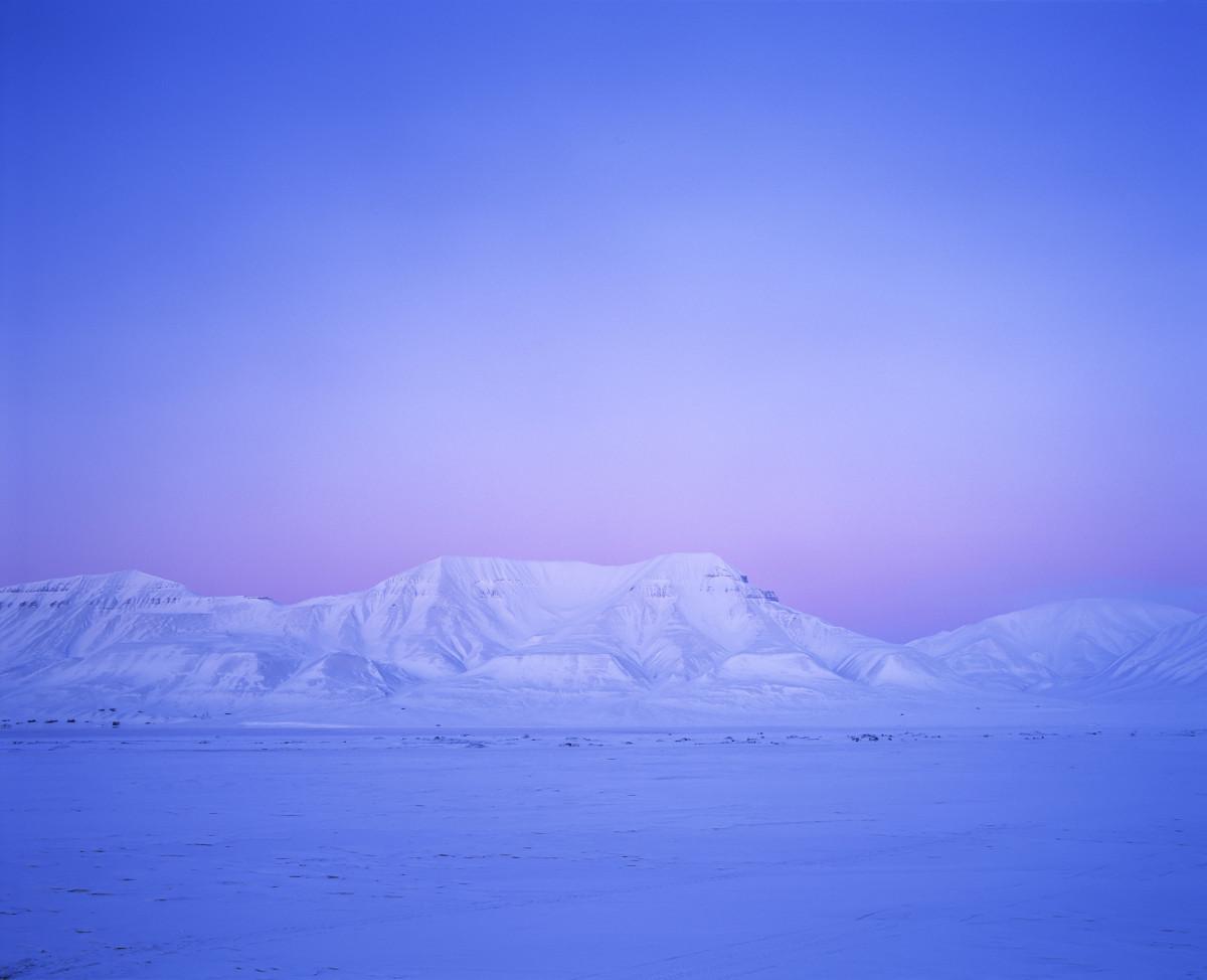 Svalbardfjell i blått lys