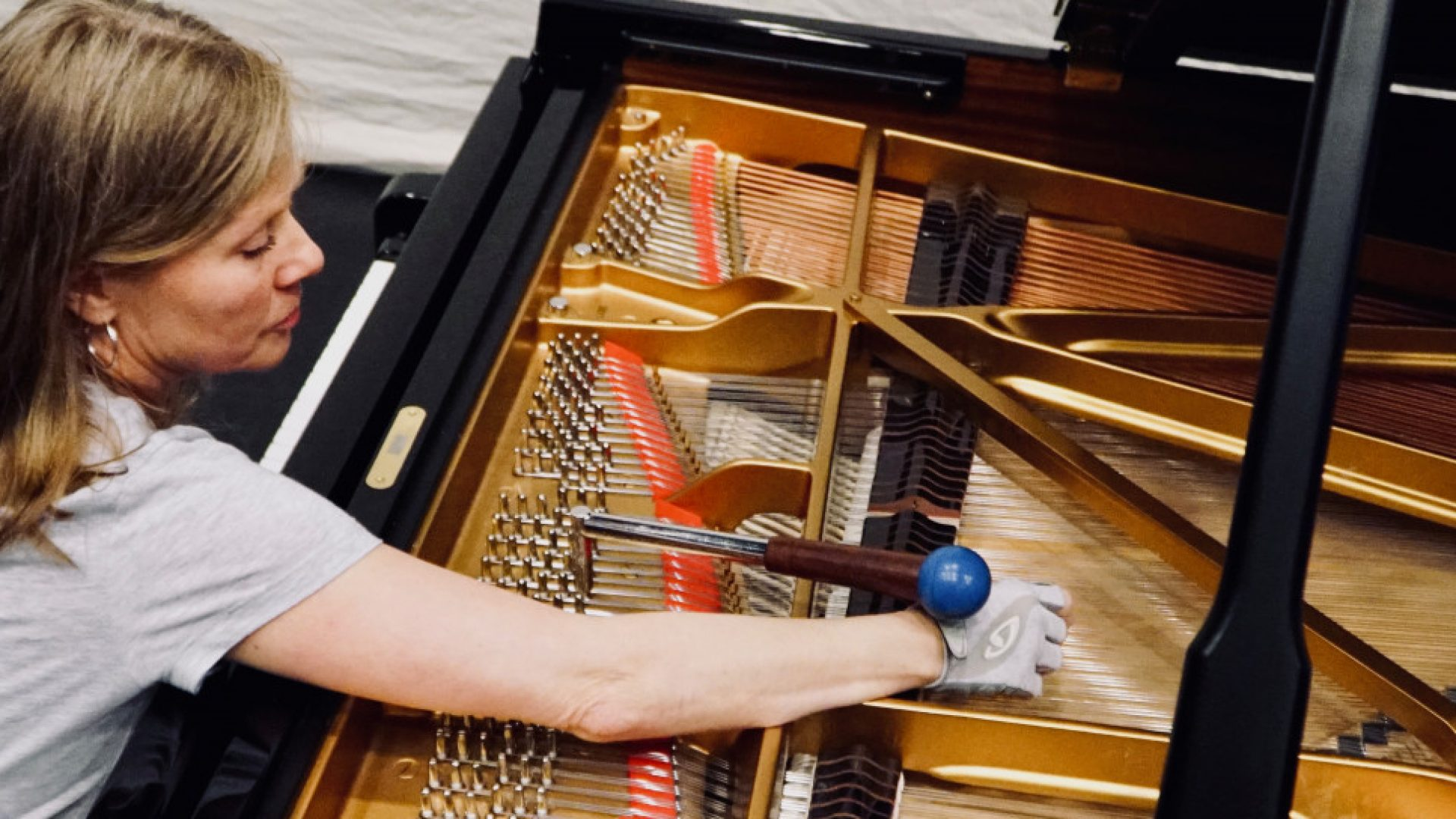 Pianostemmer Tone Røimåle gjør flygelet klar før konsert