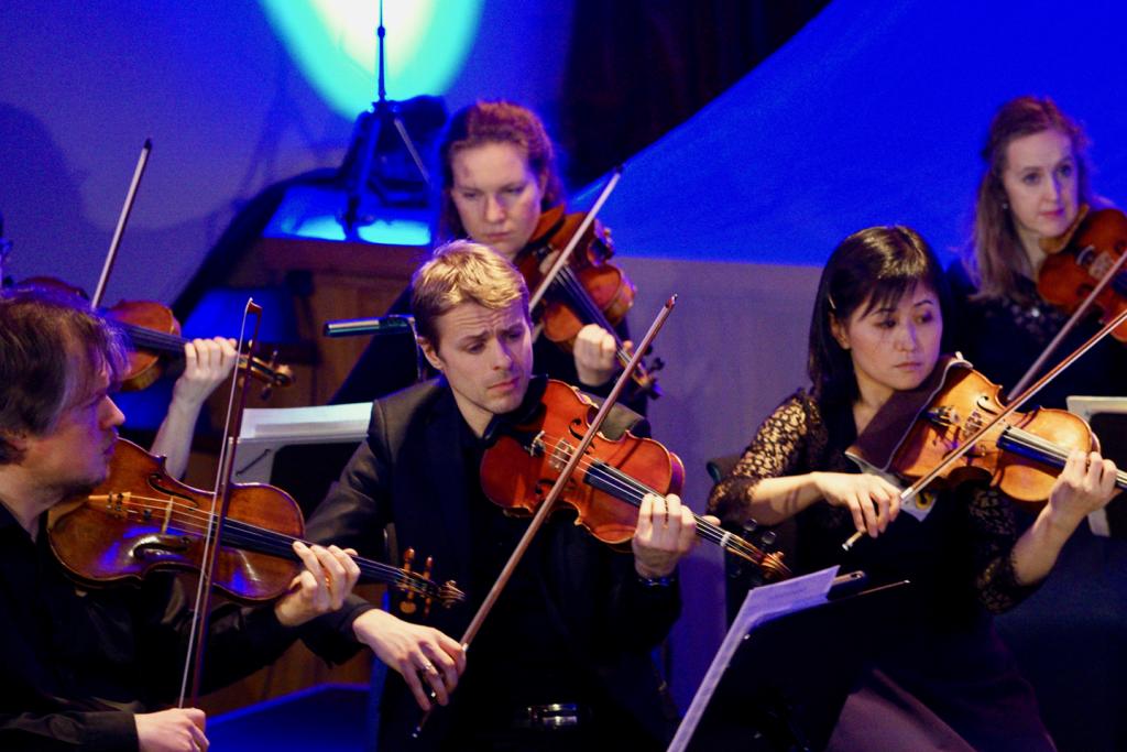 Musikere fra Arktisk Filharmoni spiller på Huset