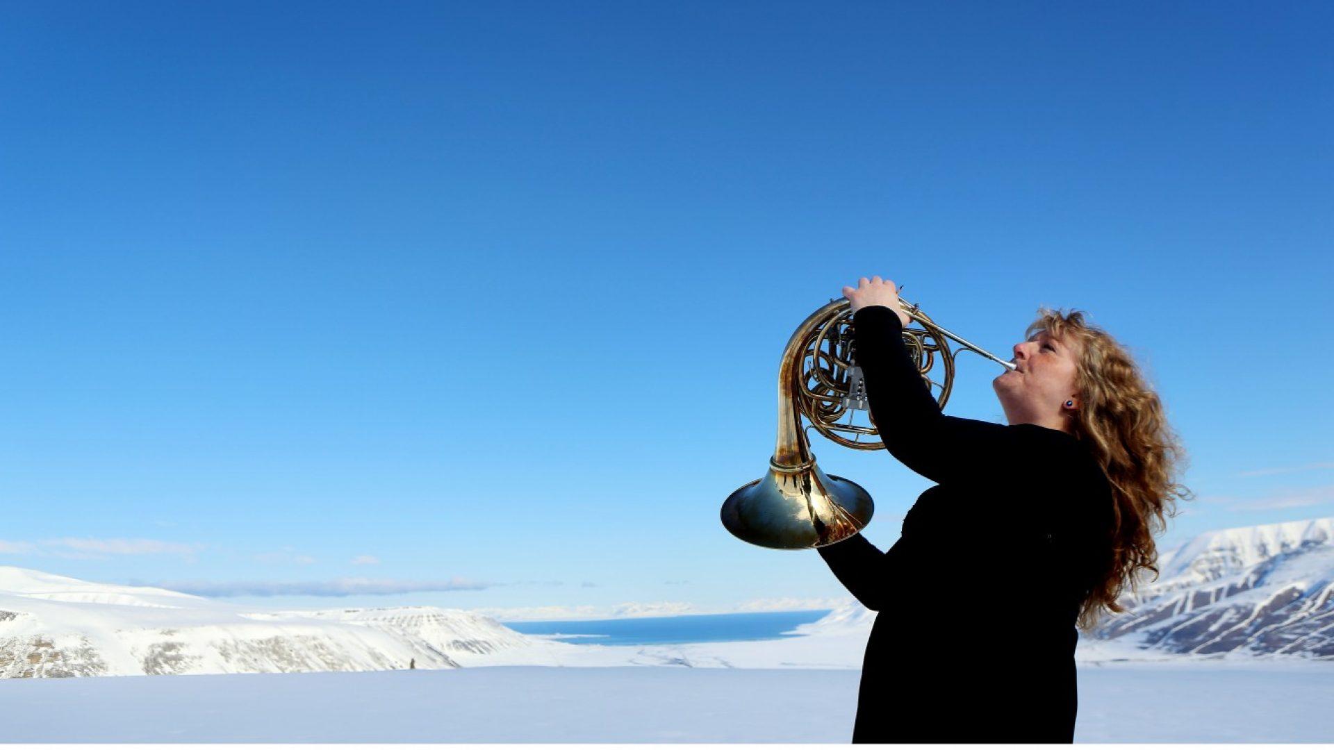 Hornist Heidi Sivertsen på isbre på Svalbard