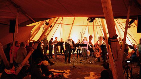 Kammerorkesteret spiller i lavvo