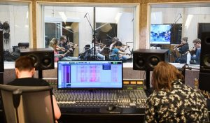 Arktisk Filharmonis kammerorkester under innspillingen av Picidaes låt «Astray Labyrinth» i Kysten Studio.