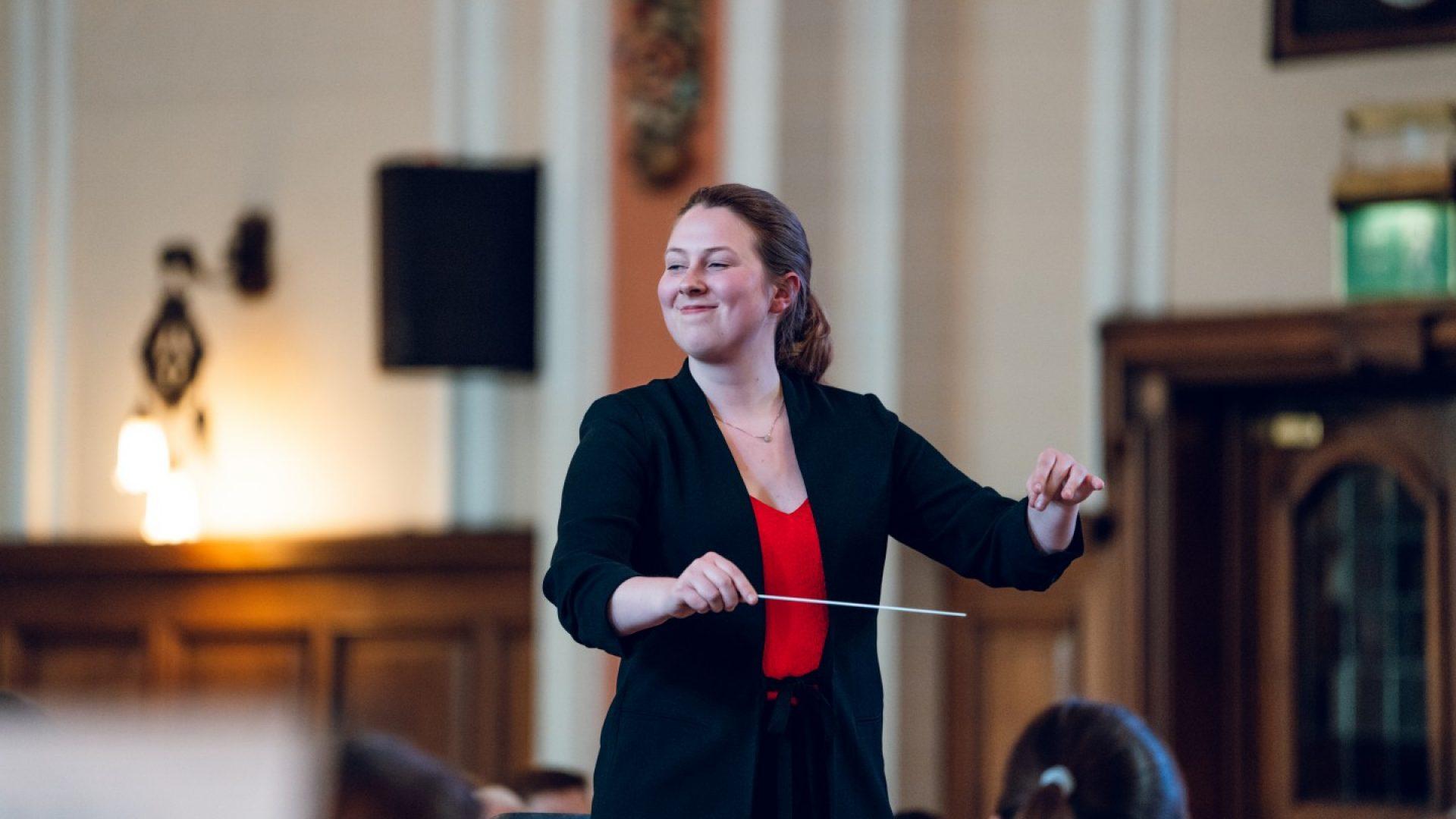 Anna Hartmann dirigerer