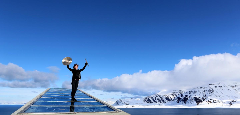 slagverker på taket av verdens frølager på Svalbard
