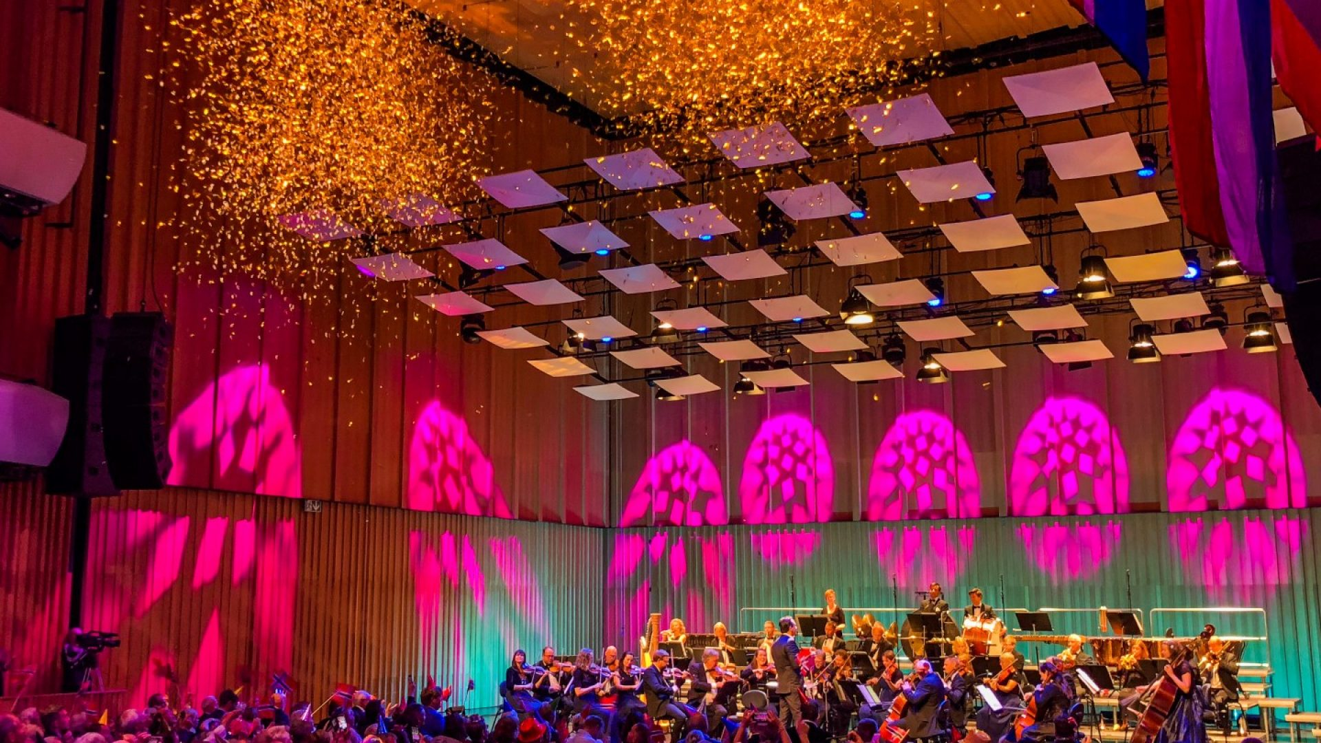 jublende publikum og konfetti i Stormen Konserthus